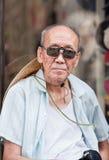 有太阳镜和帽子的,北京,中国老人 免版税库存照片
