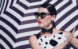 有太阳镜和明亮的被绘的嘴唇的时髦的美丽的妇女 免版税库存图片