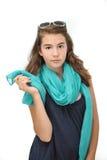 有太阳镜和蓝色围巾摆在的美丽的青少年的女孩 库存图片