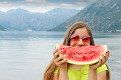 有太阳镜和西瓜的愉快的女孩 免版税库存图片