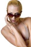 有太阳镜的一个美丽的年轻金发碧眼的女人 图库摄影