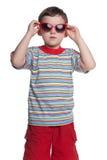 有太阳镜的严重的小男孩 免版税库存图片