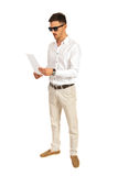 有太阳镜的人读纸的 免版税库存照片