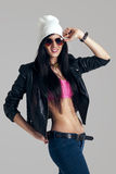 有太阳镜的可爱的微笑的女孩 皮夹克, B 库存图片