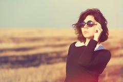 有太阳镜的女孩在乡下领域 图库摄影