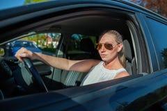 有太阳镜的妇女在汽车 库存图片