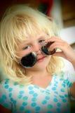 有太阳镜的小女孩 免版税库存照片