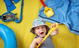 有太阳镜的小男孩在黄色背景 免版税图库摄影