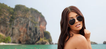 有太阳镜的少妇在海滩 库存照片