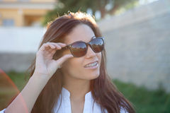 有太阳镜的深色的凉快的女孩 图库摄影