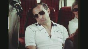 有太阳镜的游人睡觉在公共汽车上的 股票视频