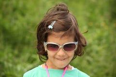 有太阳镜的学龄前儿童女孩 库存图片