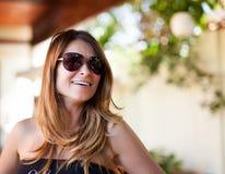 有太阳镜的白肤金发的夫人 图库摄影
