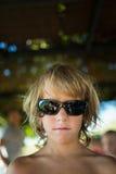 有太阳镜的白肤金发的男孩 图库摄影