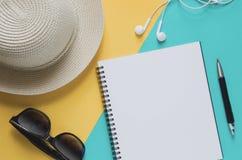 有太阳镜的,海星,铅笔,耳机空白的笔记本,  免版税库存图片