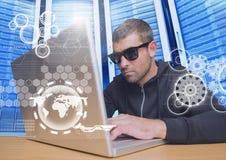有太阳镜的黑客使用一台膝上型计算机在数据中心 库存照片
