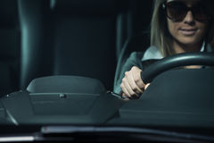 有太阳镜驾驶的少妇 库存照片