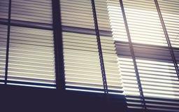 有太阳轻的室内设计的瞎的窗帘 免版税库存图片