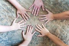 有夫之妇的手有结婚戒指/一妇女的没有圆环 免版税库存图片