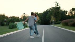 有夫妇的乐趣公园年轻人 在室外的手上的帅哥旋转的女孩 影视素材