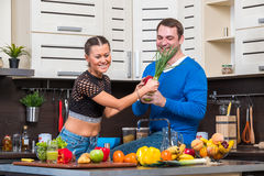 有夫妇的乐趣厨房年轻人 图库摄影