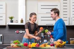 有夫妇的乐趣厨房年轻人 库存图片