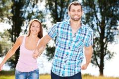 有夫妇的乐趣外部年轻人 免版税库存图片