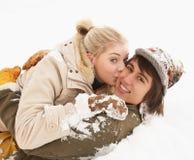 有夫妇的乐趣少年浪漫的雪 免版税库存照片