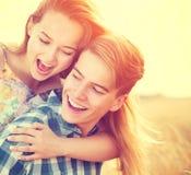 有夫妇的乐趣户外年轻人 免版税图库摄影