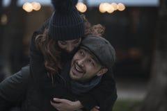 有夫妇的乐趣户外 免版税库存照片