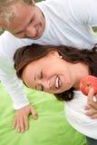 有夫妇的乐趣浪漫的野餐 免版税库存图片