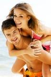 有夫妇的乐趣海边年轻人 免版税库存图片