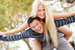 有夫妇的乐趣年轻人 库存图片