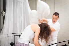 有夫妇的战斗枕头 免版税库存图片