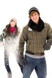 有夫妇的战斗雪球 免版税库存图片