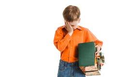 有失望的一个当前箱子的年轻男孩 免版税库存照片