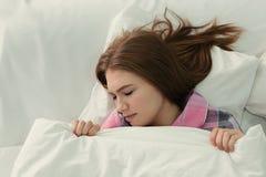 有失眠说谎的少妇 图库摄影