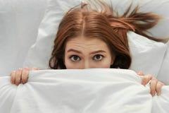 有失眠说谎的少妇 库存图片
