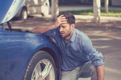 有失败的汽车泄了气的轮胎的人 图库摄影