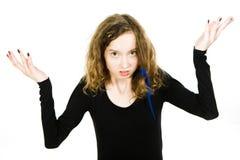 有头发的青少年白肤金发的女孩被缠结头发选矿问题-梳的卷发 免版税图库摄影