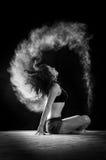 有头发移动的新美丽的舞蹈演员 库存图片