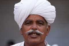 有头巾的老Rajasthani人 节日普斯赫卡尔 免版税库存照片
