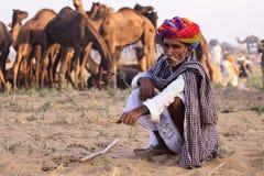 有头巾的老Rajasthani人 节日普斯赫卡尔 库存照片