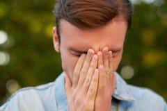 有头疼、偏头痛或者重音的人 免版税库存图片