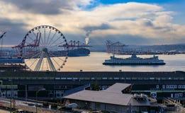 有头轮的西雅图江边和有拉扯入的渡轮的普吉特海湾 免版税库存图片