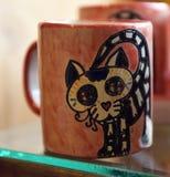 有头骨的墨西哥杯子在纪念品店 免版税库存照片