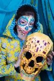 有头骨面具的妇女 图库摄影