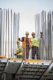 有夹子摆在的建筑工人 免版税库存照片