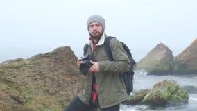 有夺取风雨如磐的海的胡子的适用于户外的摄影师 股票视频