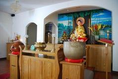 有奉献物的佛教法坛 免版税库存图片